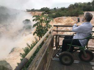 Persona con discapacidad motriz en silla de ruedas en paltaforma en Cataratas del Iguazú